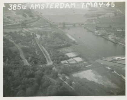 19450507 385th Bombardment Group United States Army Air Force tijdens voedseldroppings uitgevoerd in Nederland spoorbrug IJmuiden NIMH.jpg